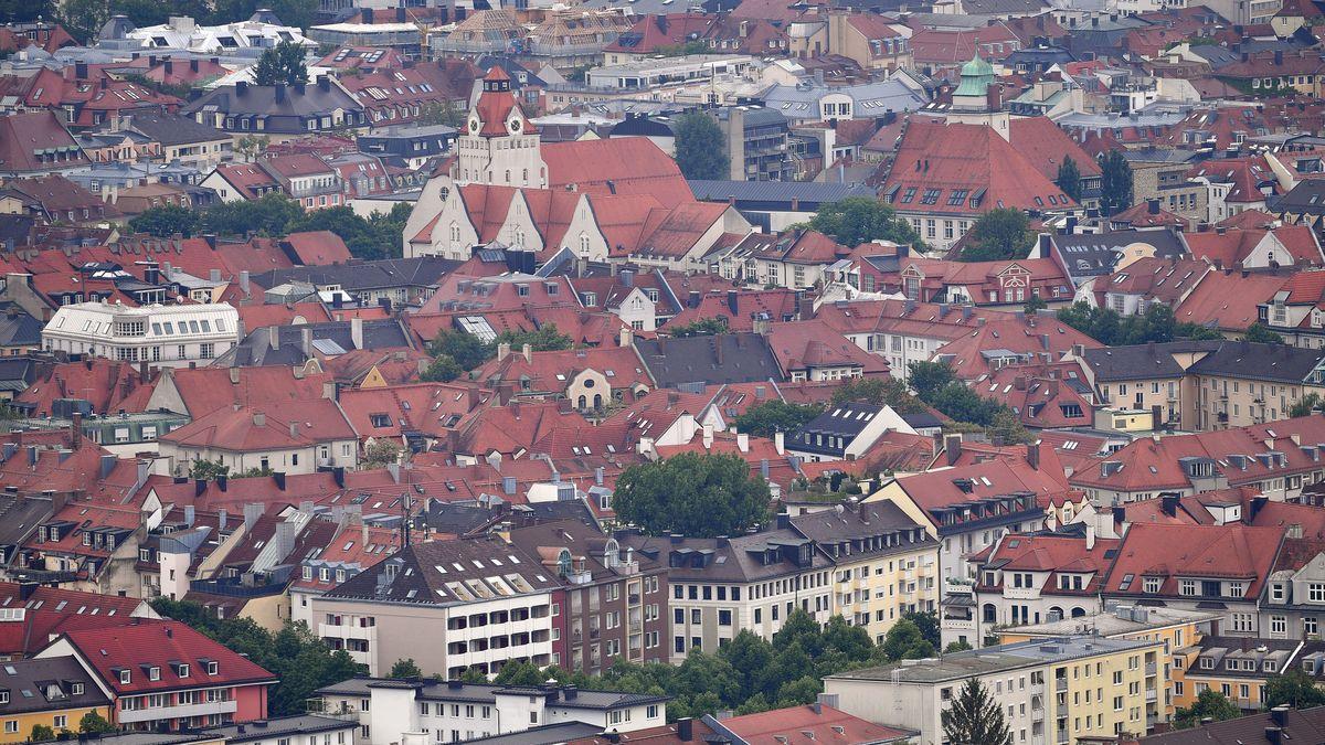 Blick auf die Dächer von München vom Olympiaturm aus gesehen.