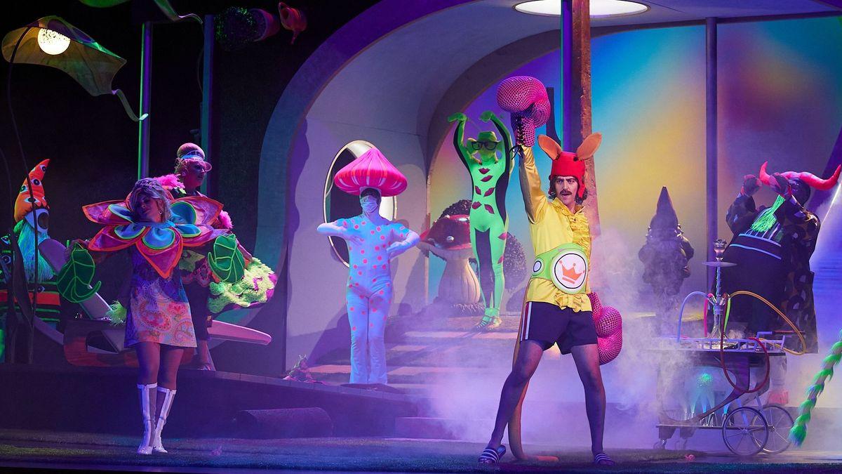 Sänger tanzen im Neonlicht