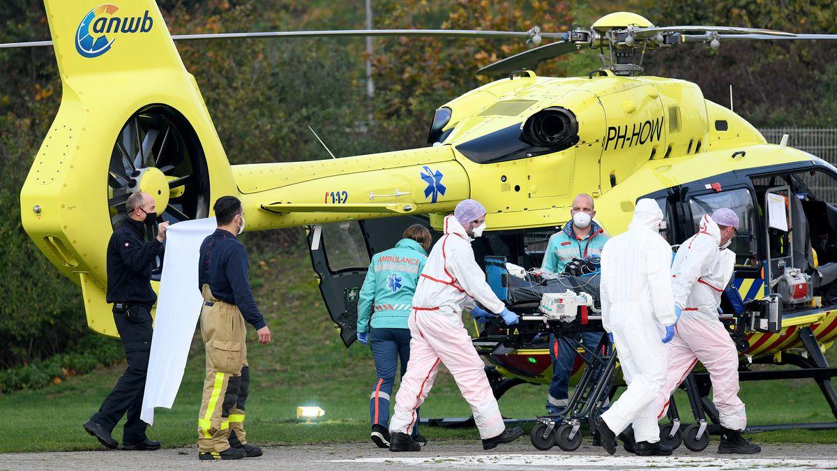 Ein Hubschrauber aus den Niederlanden transportiert einen Corona-Patienten in die Uni-Klinik in Münster.