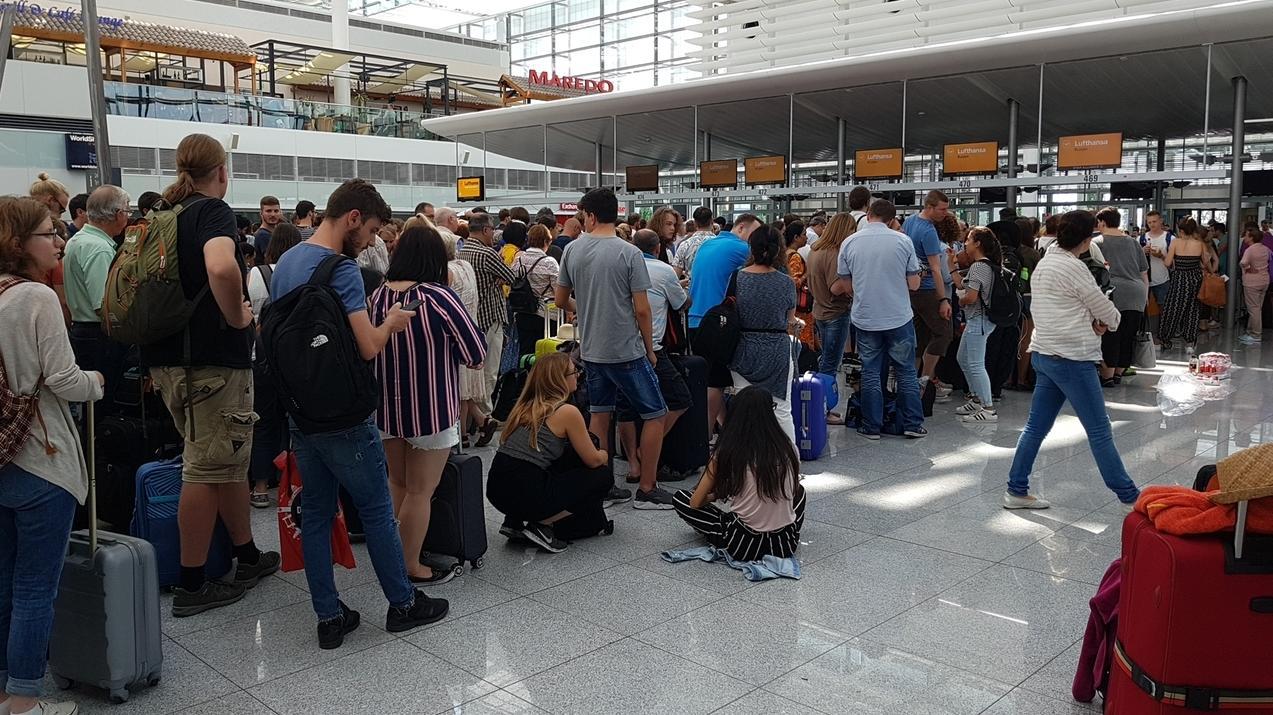 Wartende am Flughafen München