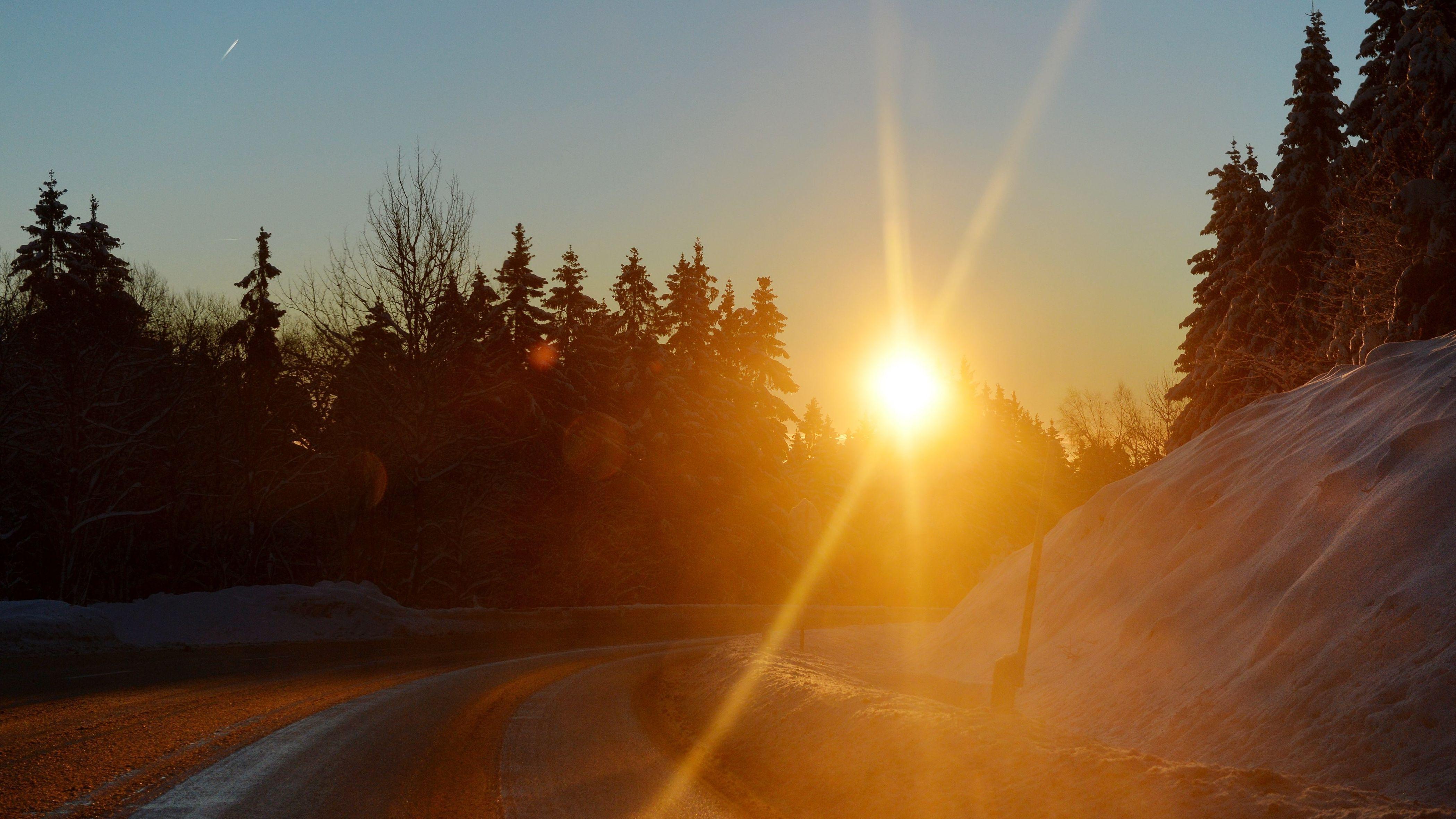 Tiefstehende Sonne über einer Straße im Winter