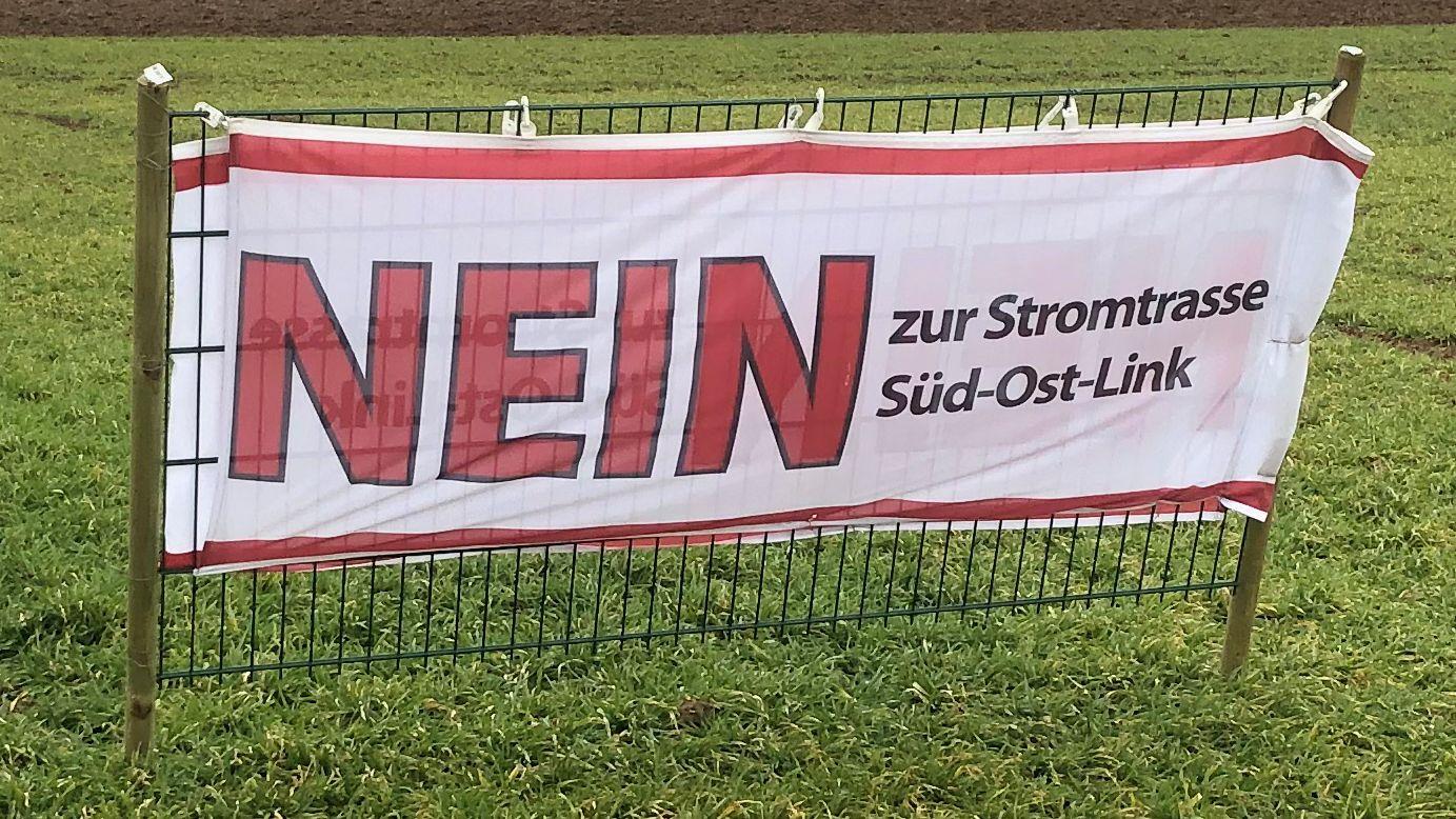 """Ein Banner mit Aufschrift """"Nein zur Stromtrasse Südostlink""""."""
