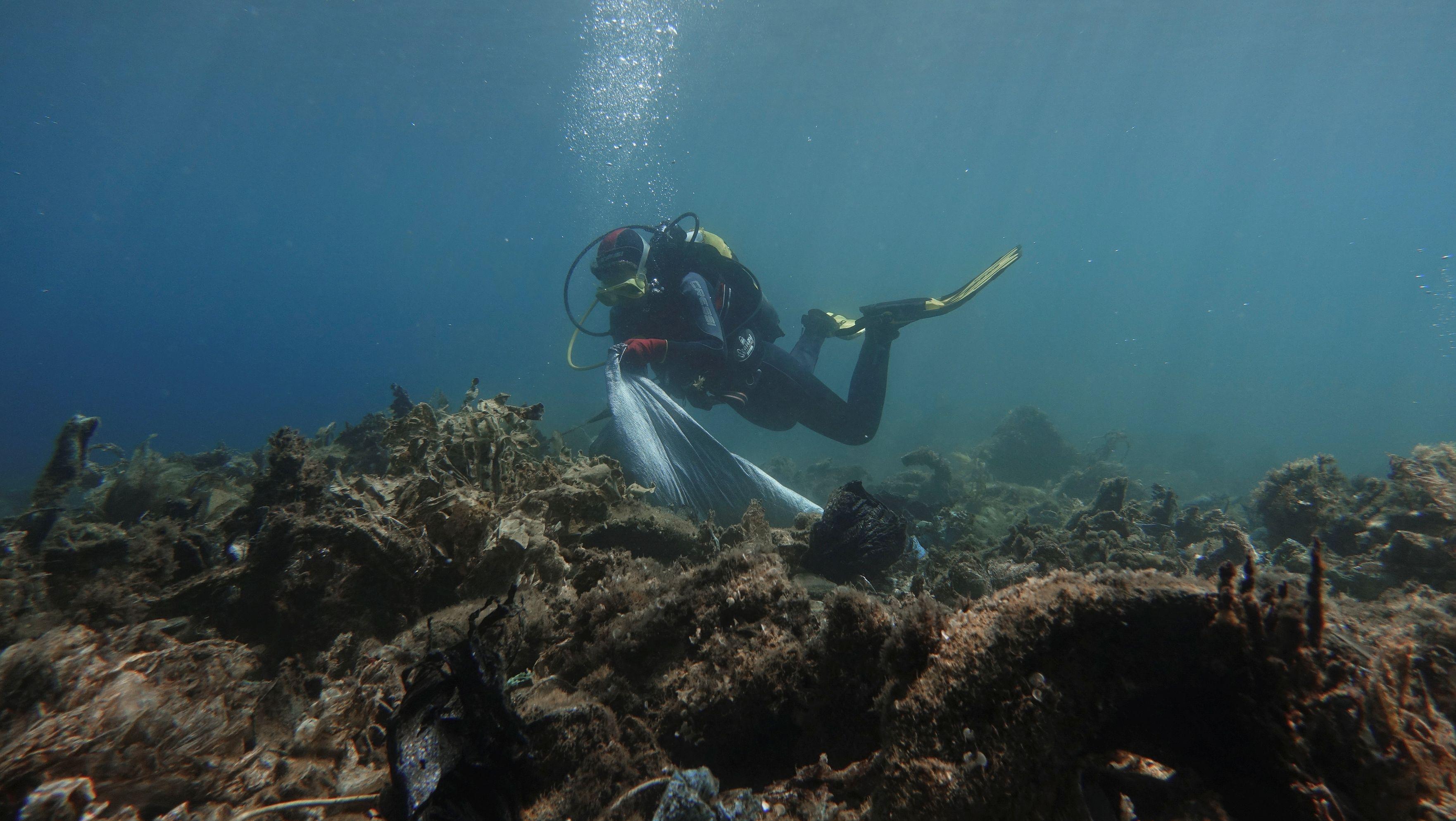 Taucher sammelt Plastikmüll vor der griechischen Insel Andros