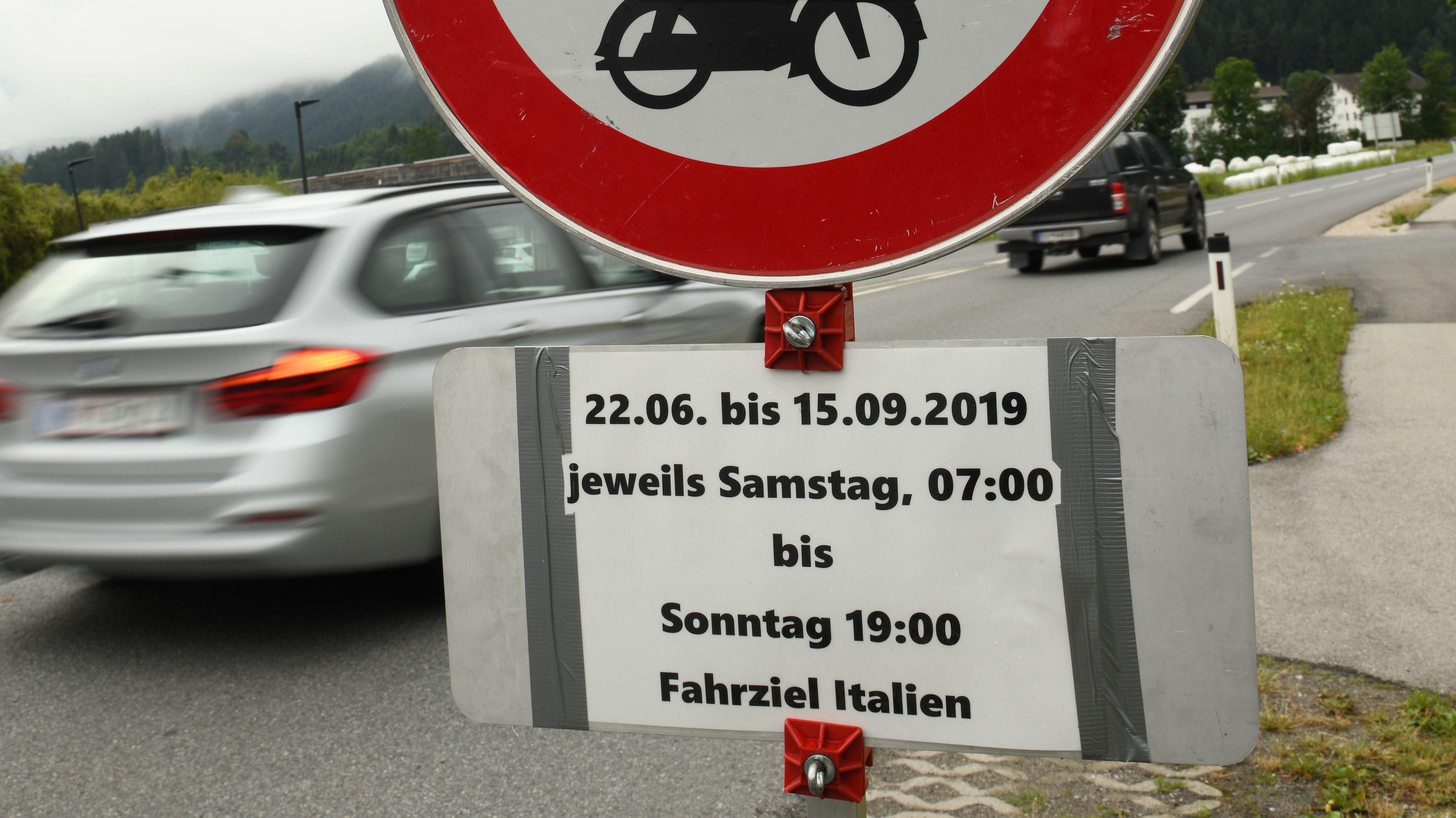 Ein Schild in Kematen (Österreich) weist auf die Sperrung diverser Bundesstraßen für den Verkehr mit Fahrziel Italien hin