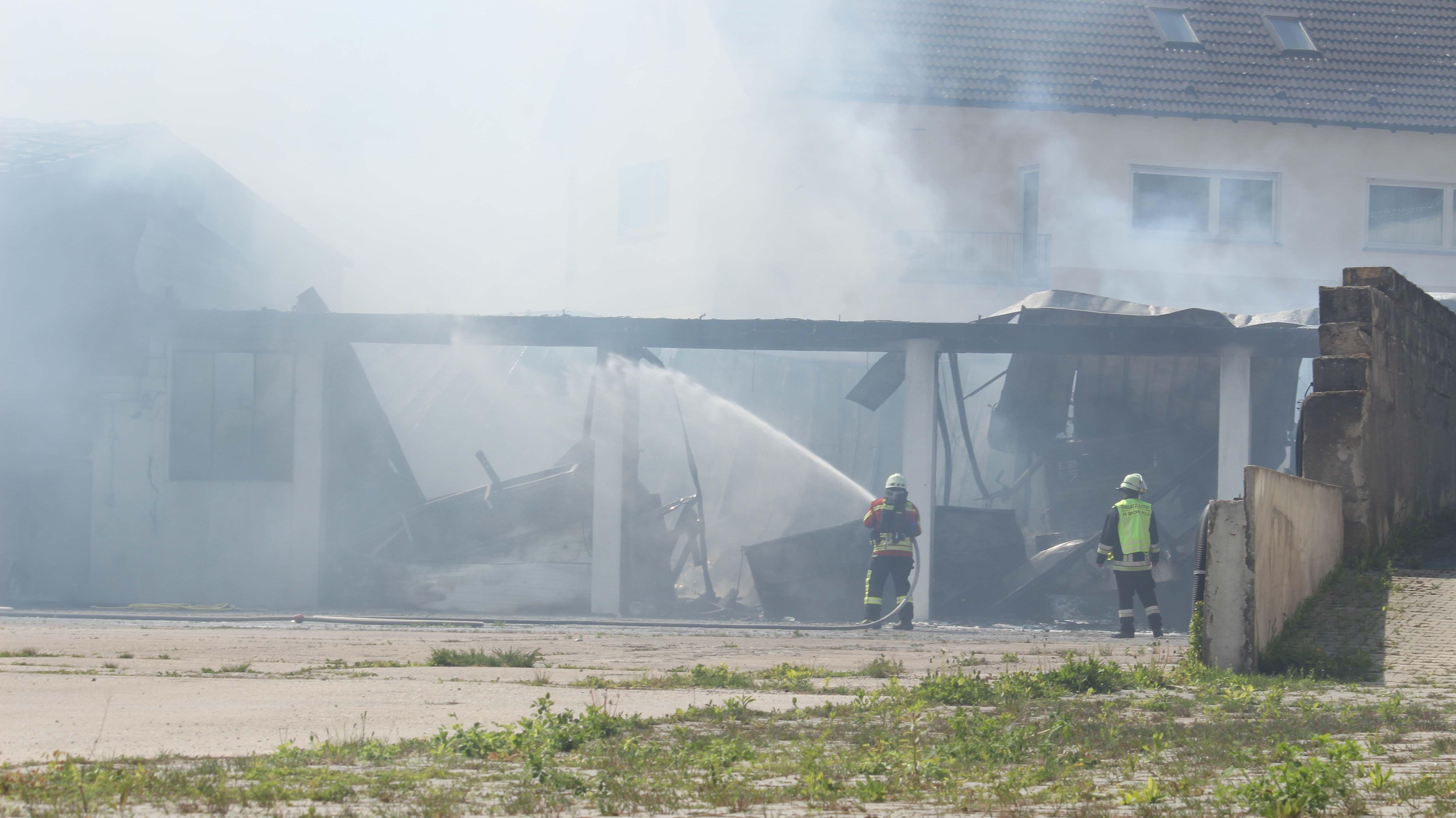 Völlig ausgebrannte Lagerhalle mit eingestürztem Dach.
