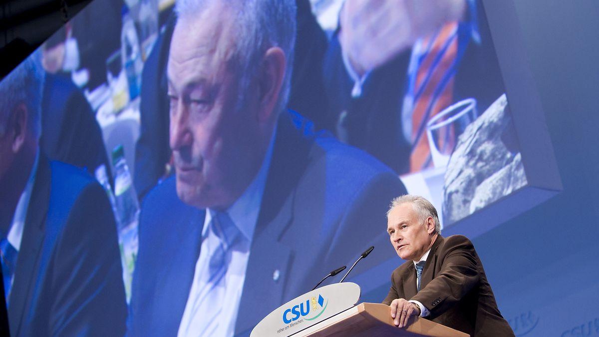 2008: Erwin Huber bei seinem letzten Parteitag als CSU-Chef in München. Auf der Leinwand: Günther Beckstein, von 2007 bis 2008 Ministerpräsident.