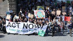 Bischof Oster an der Spitze der Fridays for Future-Demonstration in Passau.     Bild:Bistum Passau/Anna Hofmeister