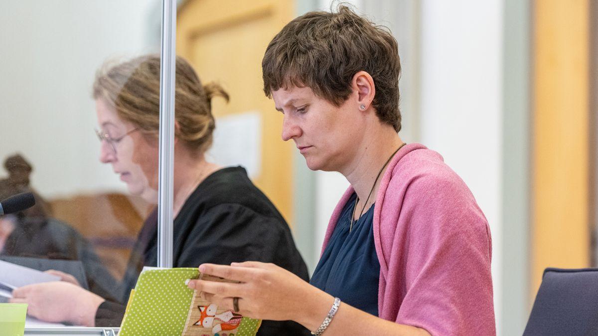 Barbara Fuchs (r), Zwillingsschwester von Maria Baumer, sitzt im Verhandlungssaal des Landgerichts.