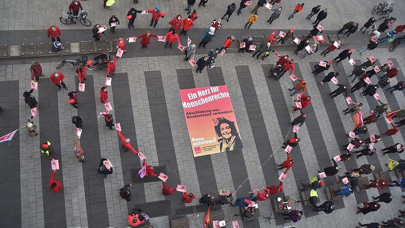 Die Teilnehmer bildeten ein großes rotes Herz auf dem Nürnberger Kornmarkt