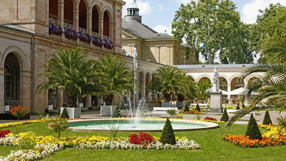 Kurpark in Bad Kissingen mit einem Brunnen, Palmen und Blumen