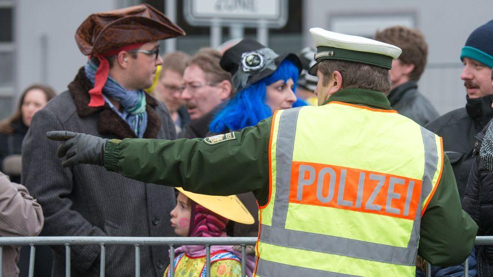 Polizist beim traditionellen Chinesenfaschingsumzugs in Dietfurt | Bild:dpa/Armin Weigel