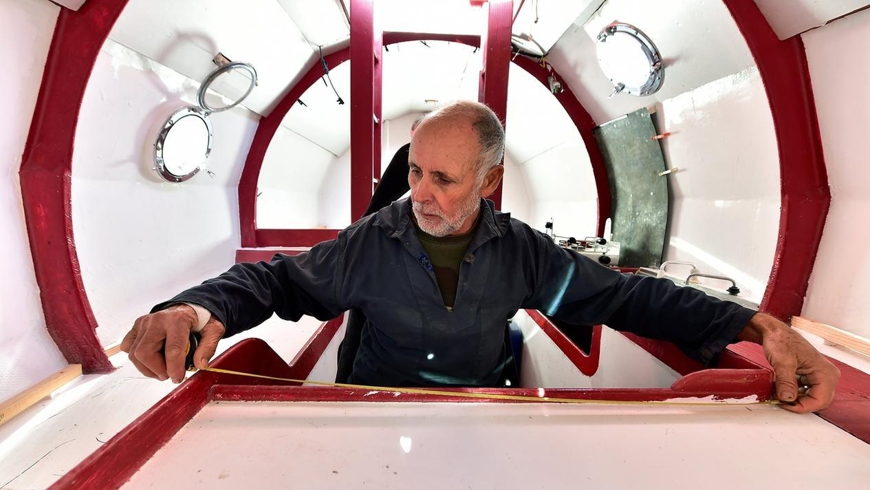 Jean-Jacques Savin sitzt in seiner Sperrholztonne, mit der er den Atlantik überqueren will.