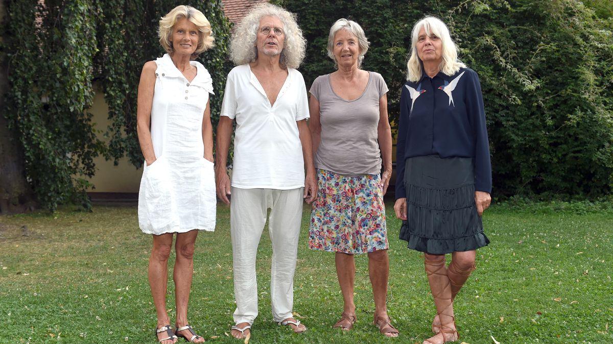 """Drei grauhaarige Frauen in sommerlicher Kleidung und ein grauhaariger Mann auf einer Wiese: Rainer Langhans und sein """"Harem"""""""