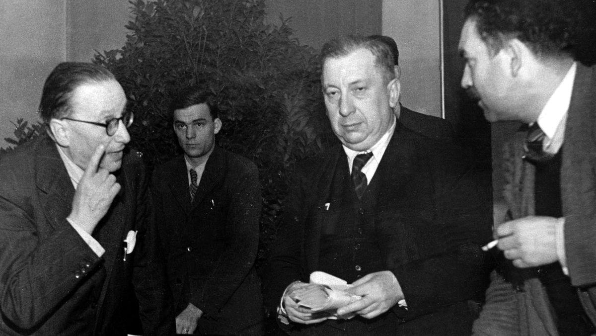 1948: Staatskanzlei-Leiter Anton Pfeiffer (l.) und CSU-Landesgeschäftsführer Otto Schedel (r.) mit dem Parteivorsitzenden Josef Müller (M.)