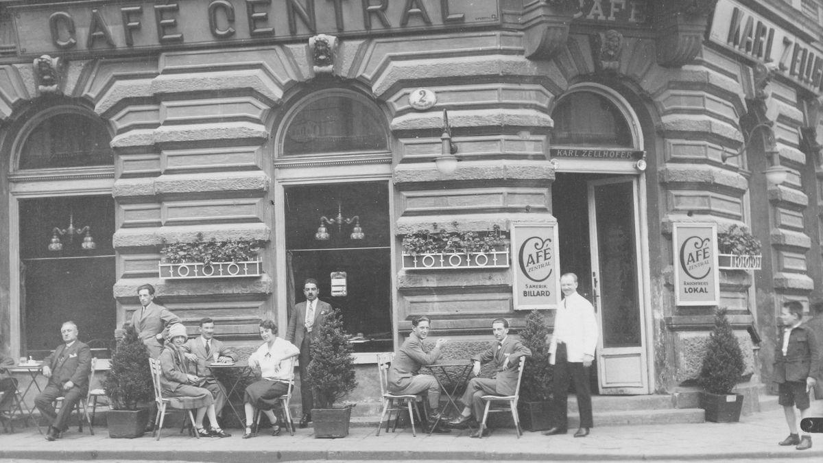 Gäste und Kellner im Schanigarten vor dem Café Central in der Wiener Vorstadt. Um 1925.