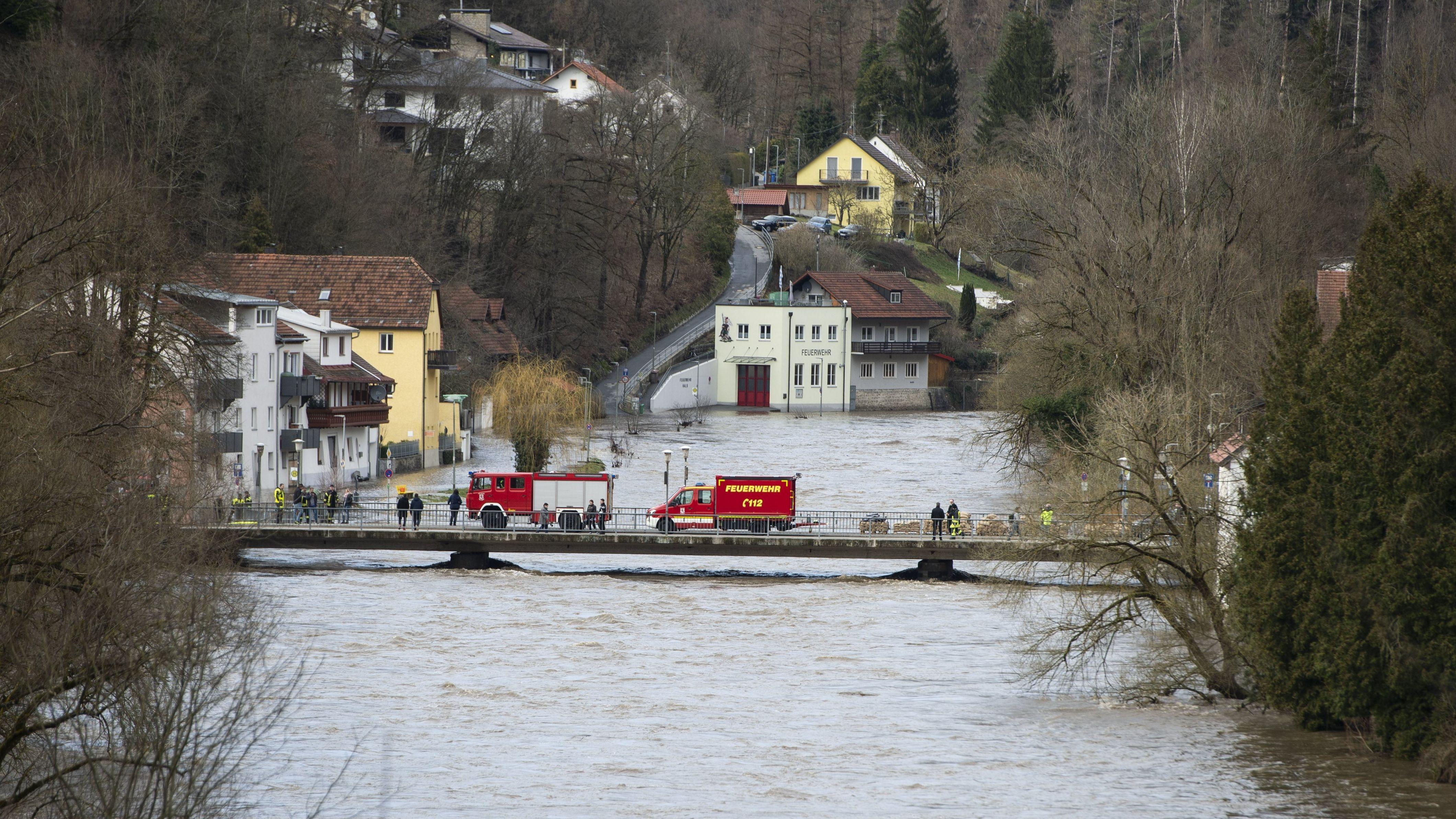 Feuerwehrfahrzeuge auf der Ilzbrücke während des Hochwassers im März 2019