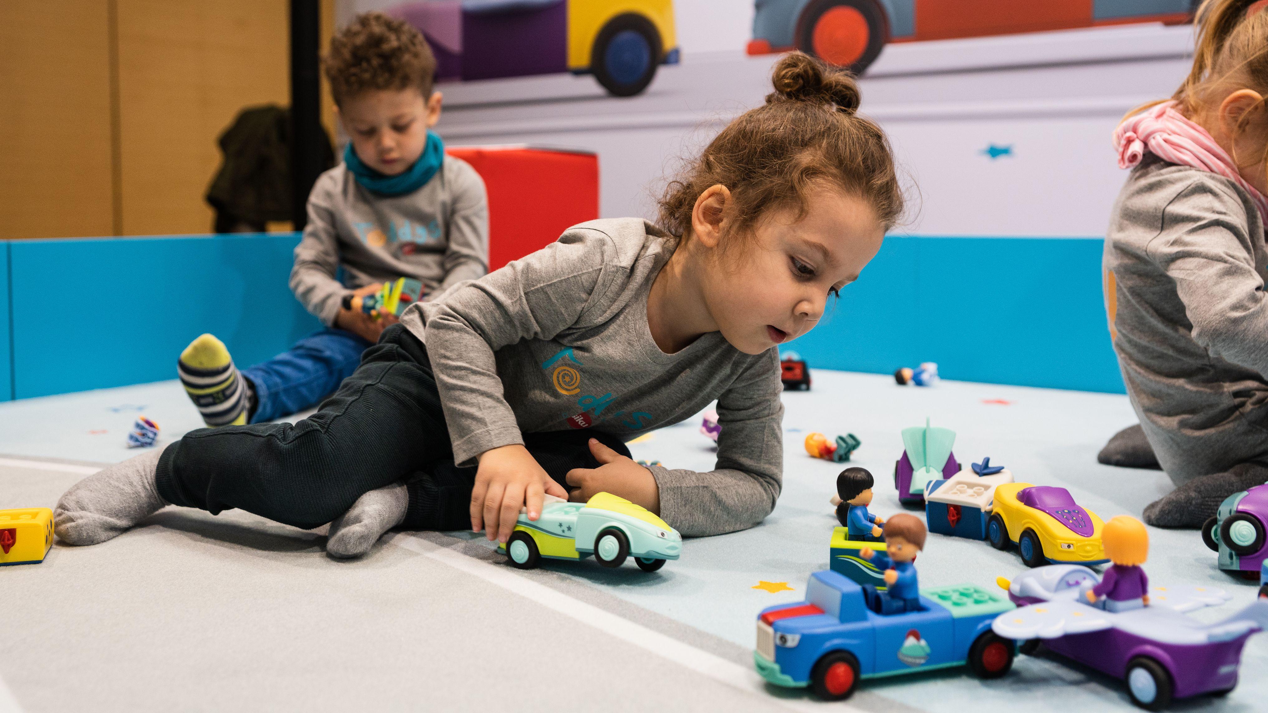 Spielende Kinder auf der Neuheitenschau der Spielwarenmesse 2020