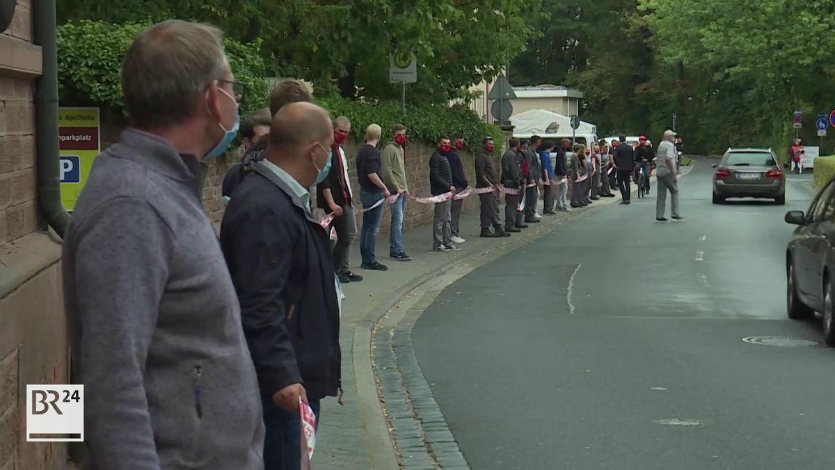 Menschenkette vor dem Werk von Bosch Rexroth in Lohr am Main