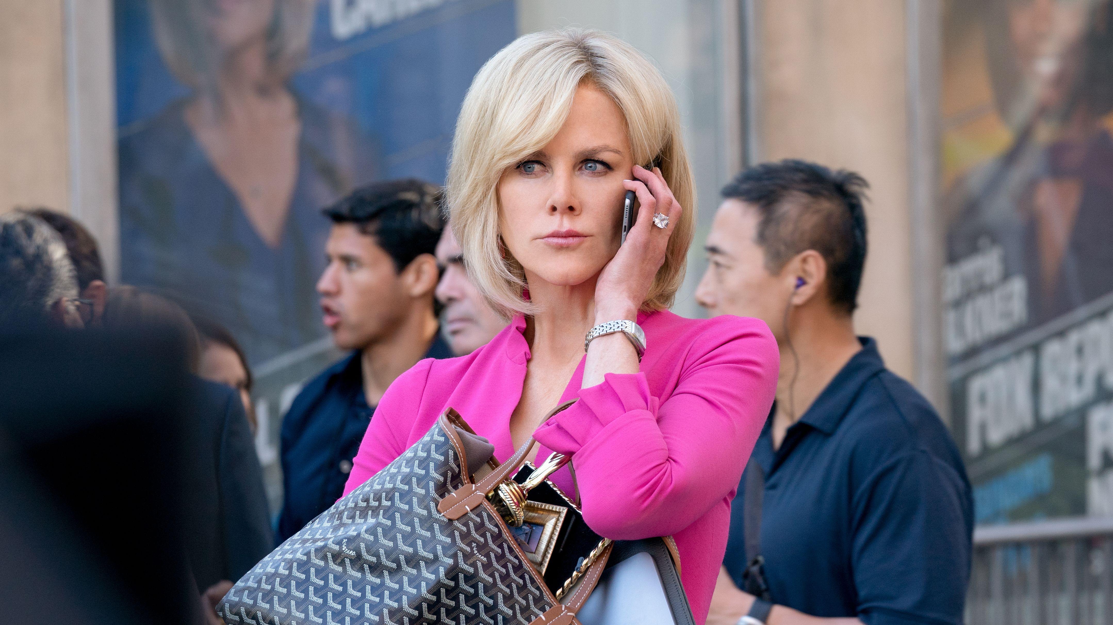 """In der Rolle der Gretchen Carlson telefoniert Nicole Kidman mit dem Handy in dem Film """"Bombshell"""""""