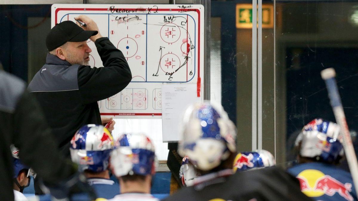 München-Trainer Don Jackson an der Taktiktafel