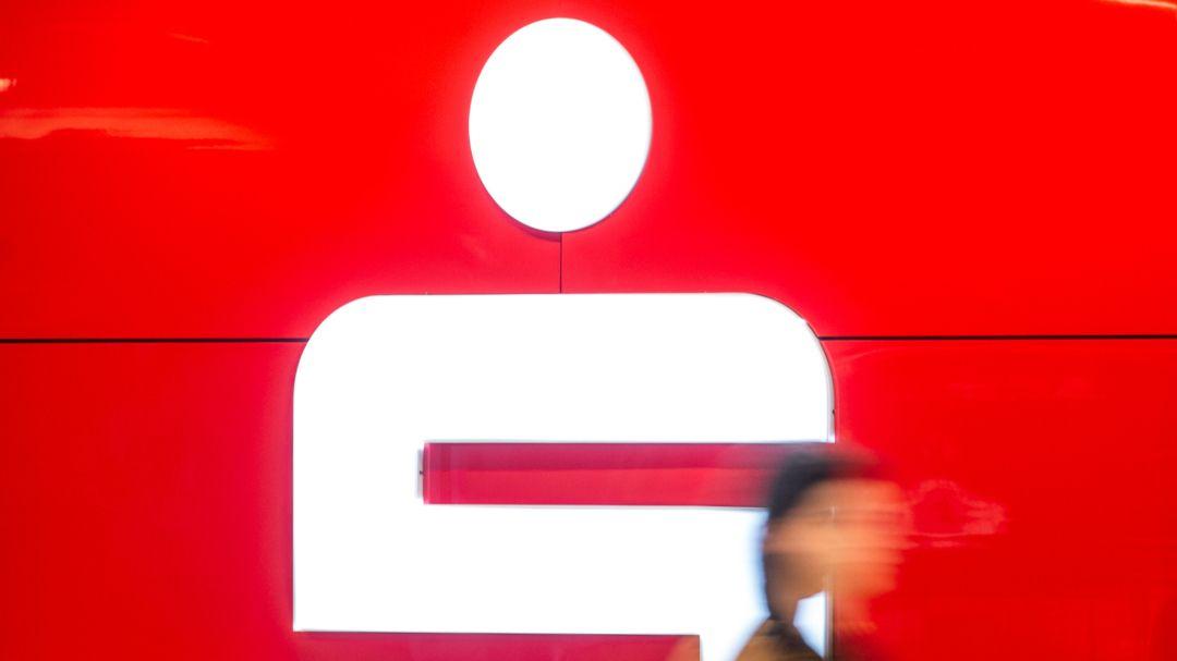 Eine Passantin läuft an einer Filiale der Sparkasse vorbei (Symbolbild)