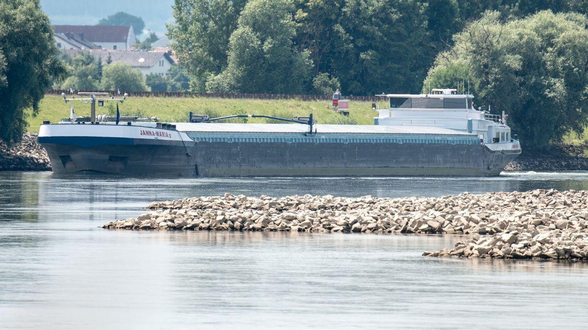 Ein Güterschiff auf der Donau bei Osterhofen