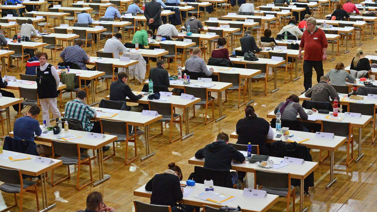 Schüler bei einer Abschlussprüfung