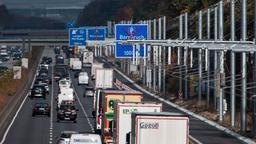 Lastwagen und PKW auf der Autobahn   Bild:dpa-Bildfunk/Silas Stein