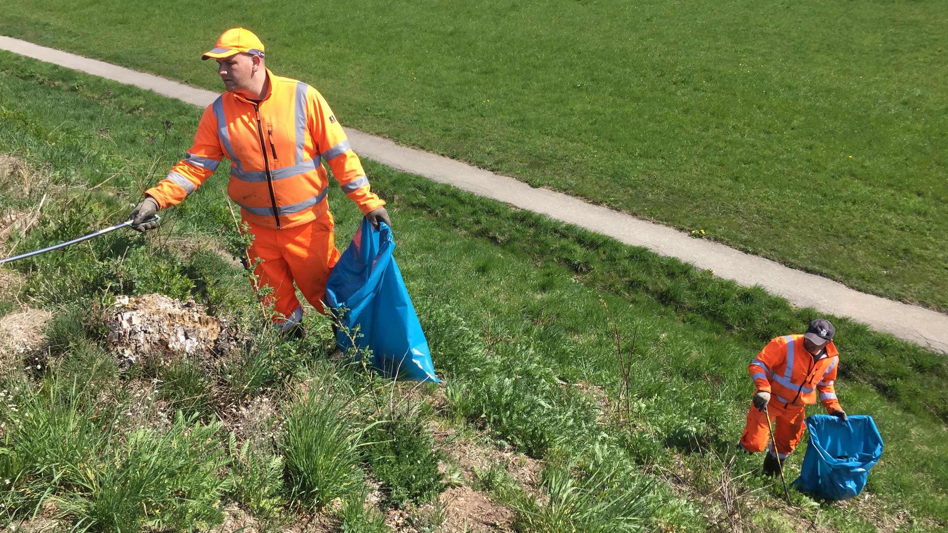 Zwei große blaue Müllsäcke pro Straßenseite sind voll nach nur einem Kilometer.