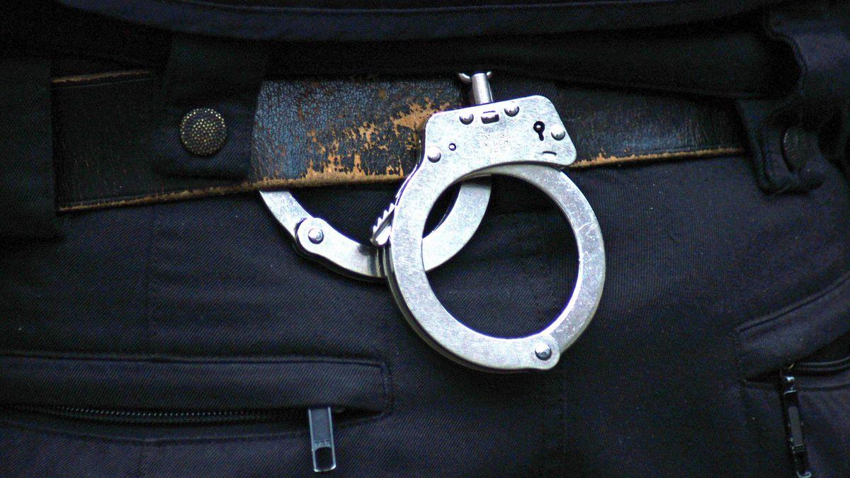 Handschellen am Gürtel eines Polizeibeamten (Symbolbild)