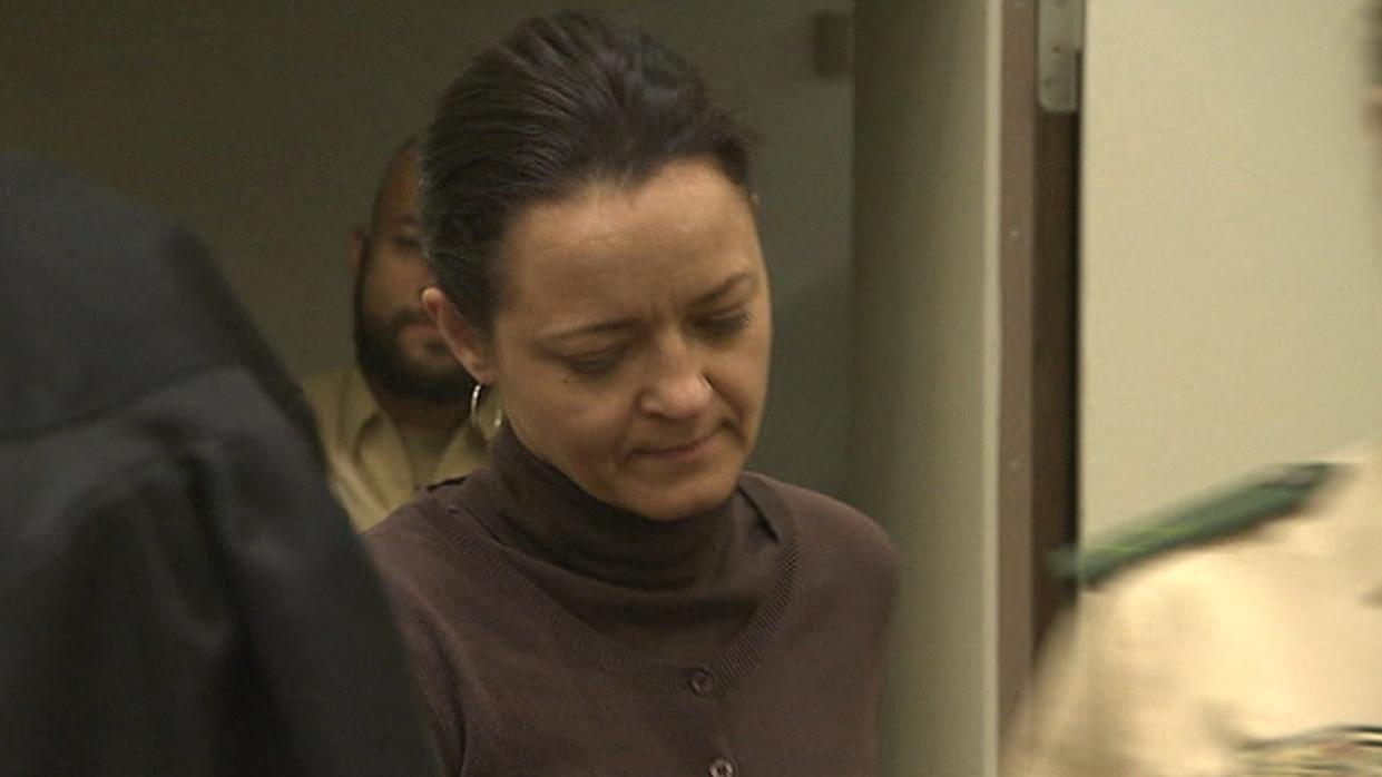 Beate Zschäpe betritt den Gerichtssaal am 16. Januar 2014. An diesem Tag geht es um den Mord an der Polizistin Michèle Kiesewetter.