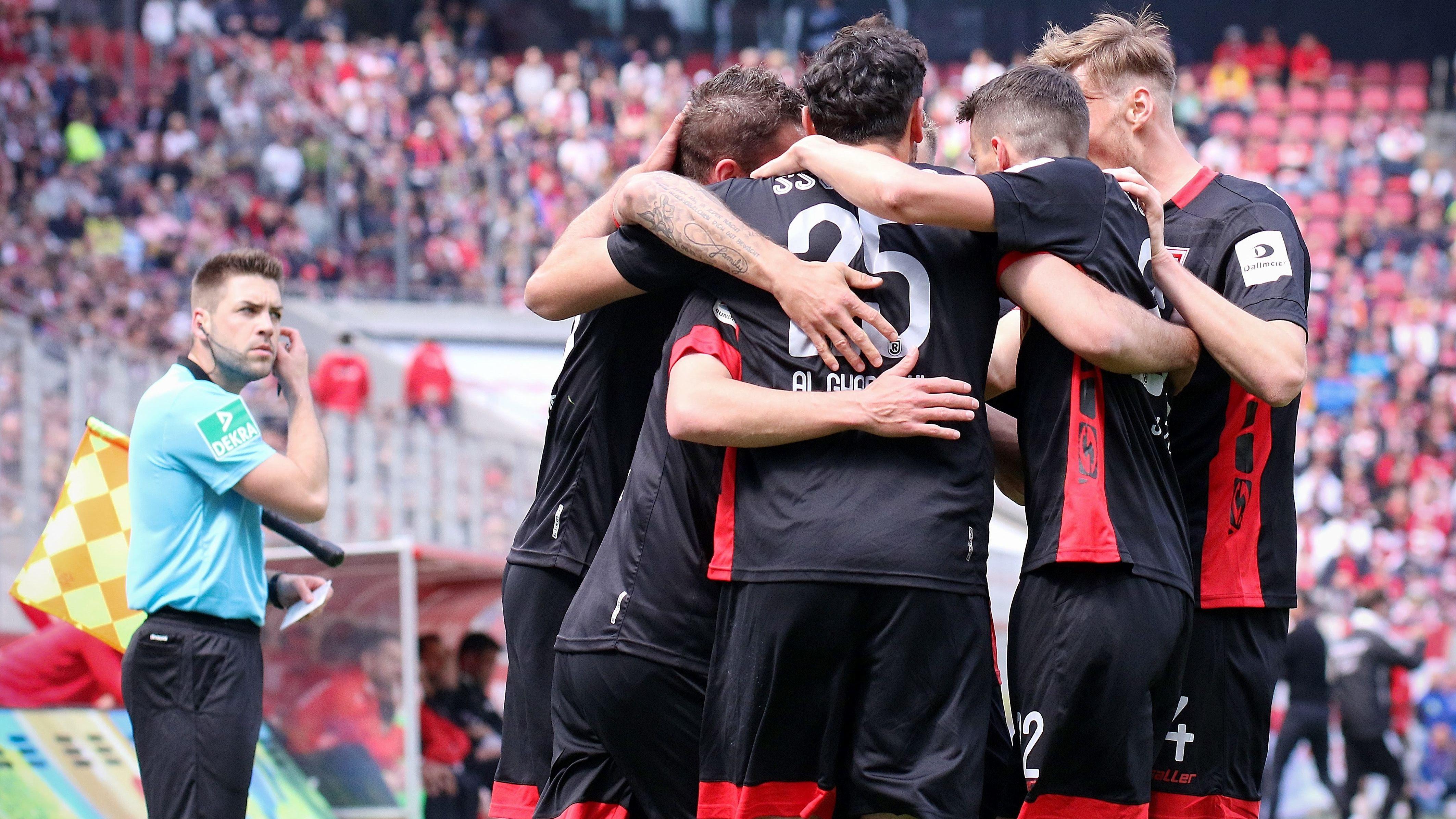 Regensburger Spieler bejubeln ein Tor