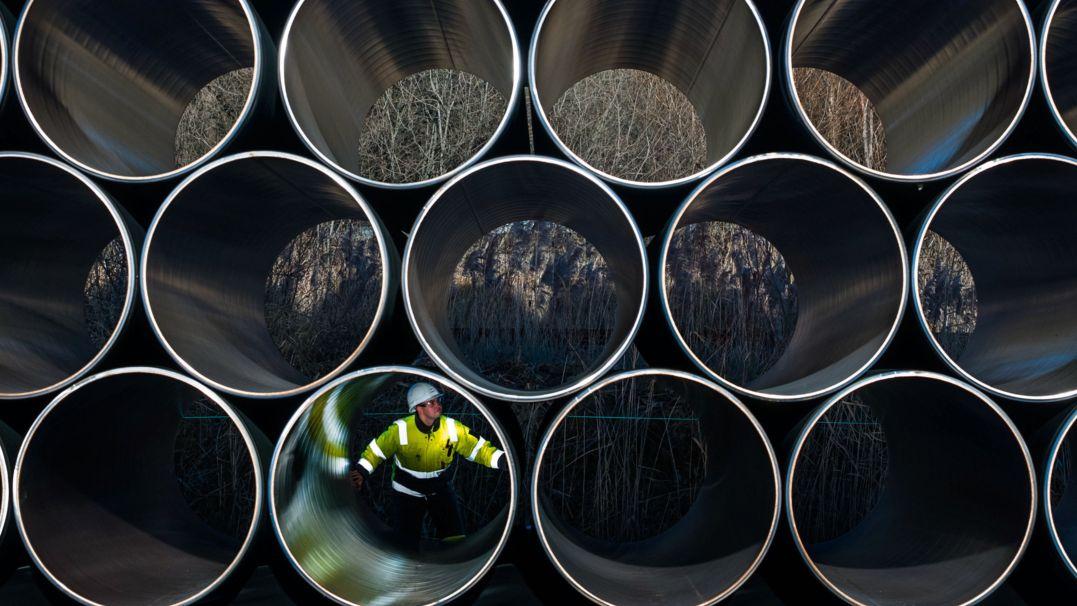 Ein Mitarbeiter prüft tonnenschwere Rohre für die zukünftige Ostsee-Erdgastrasse Nord Stream 2 auf einem Lagerplatz im Hafen von Mukran (Mecklenburg-Vorpommern).