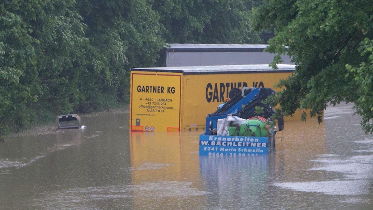 Überflutete Lkw und Pkw auf der B12 bei Simbach
