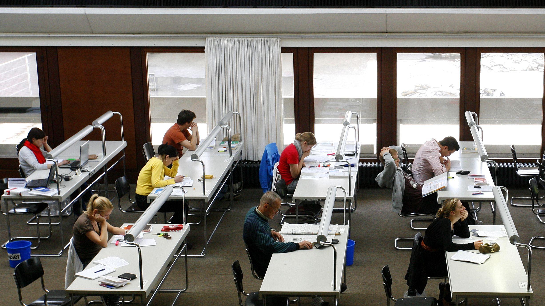 Studierende in der Würzburger Unibibliothek