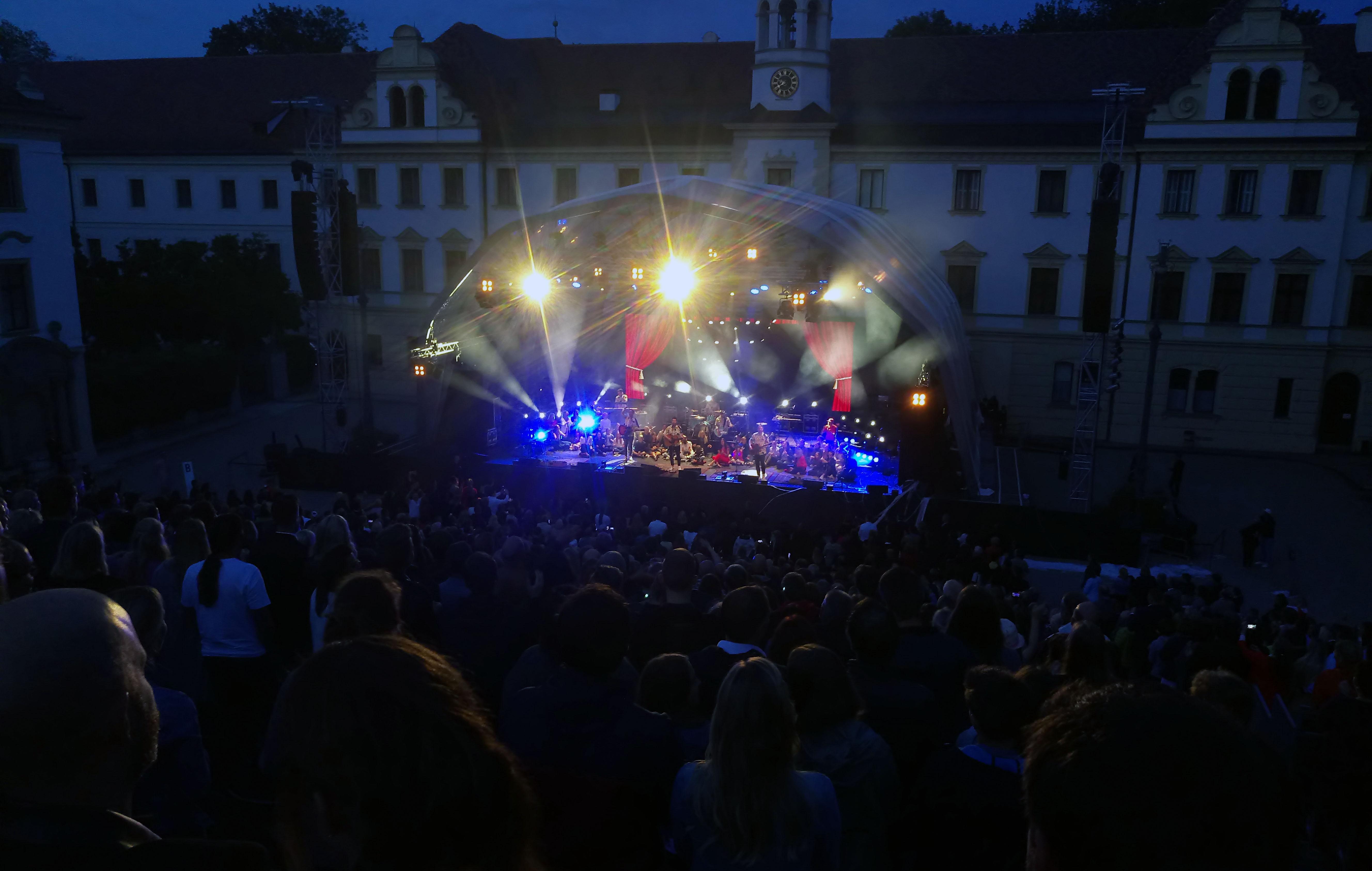 Schlossfestspiele in Regensburg: Revolverheld kritisieren Gloria von Thurn und Taxis