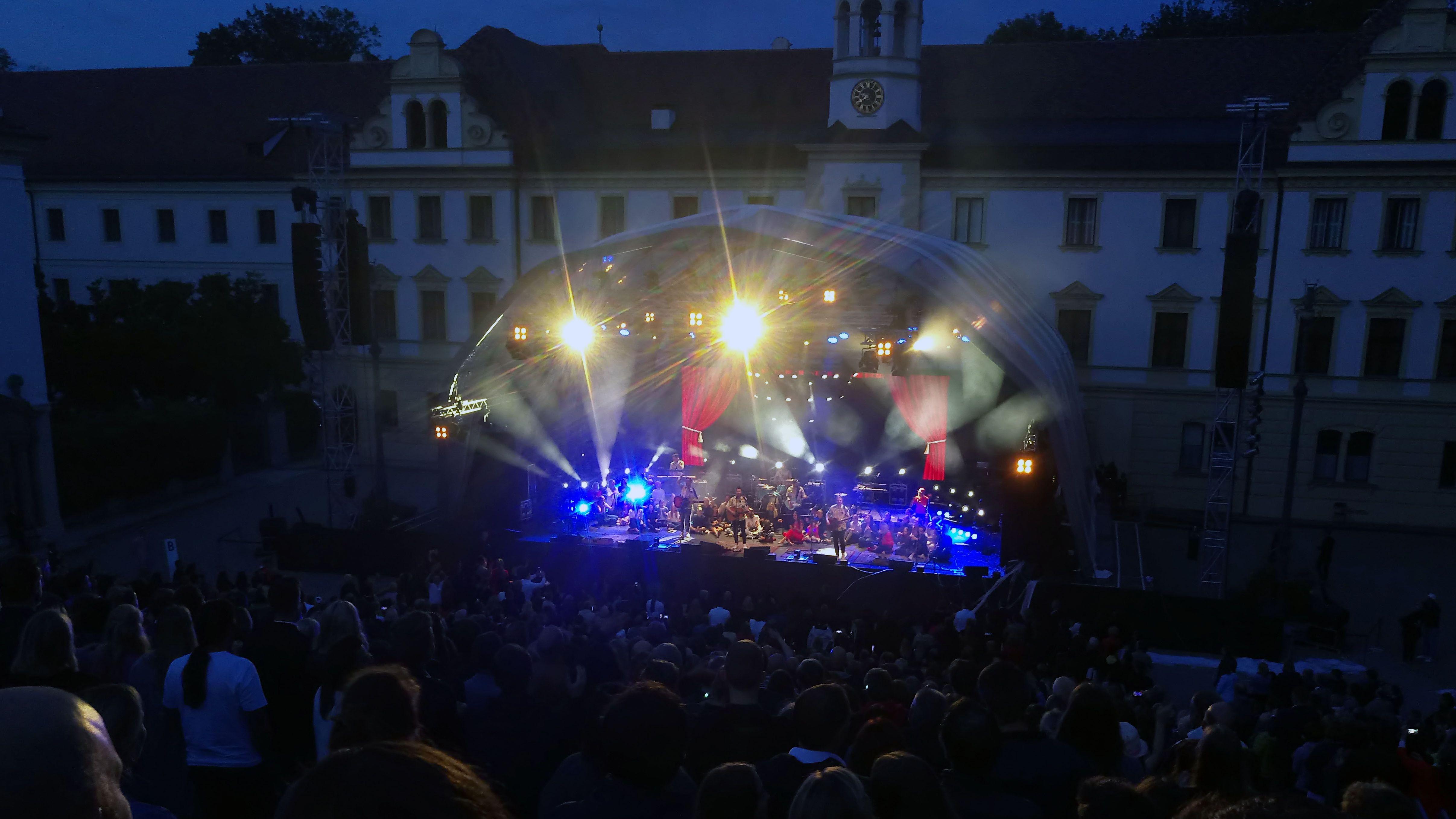 Revolverheld im Schlosshof: Am Ende des Konzerts kritisierte Sänger Johannes Strate Hausherrin Gloria von Thurn und Taxis.