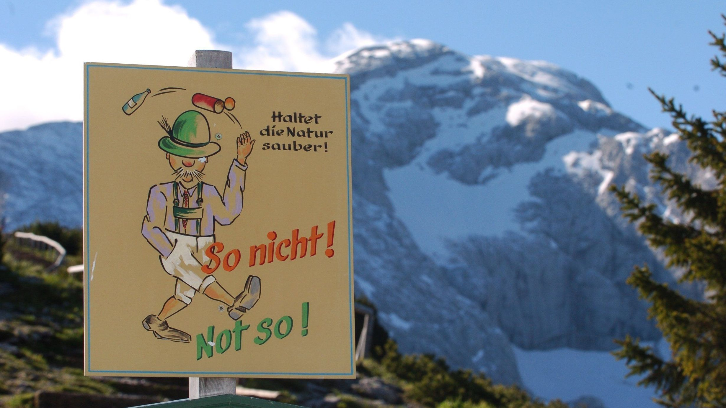 """Umwelttafel mit dem Berg """"Hoher Göll"""" (2523 Meter) im Hintergrund"""