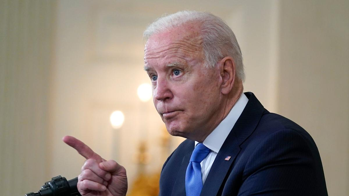 Joe Biden, Präsident der USA, nimmt Fragen von Reportern entgegen, während er im State Dining Room des Weißen Hauses über den amerikanischen Rettungsplan spricht