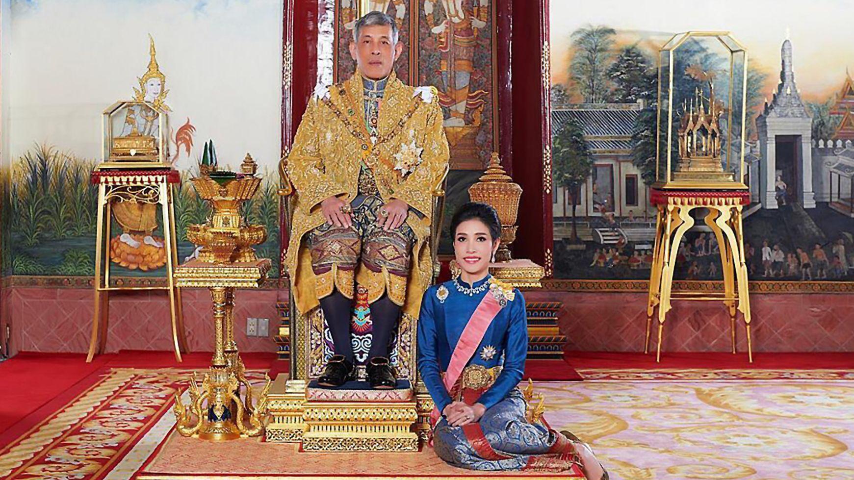 Thailands König Maha Vajiralongkorn mit Generalmajor Sineenatra Wongvajirabhakdi