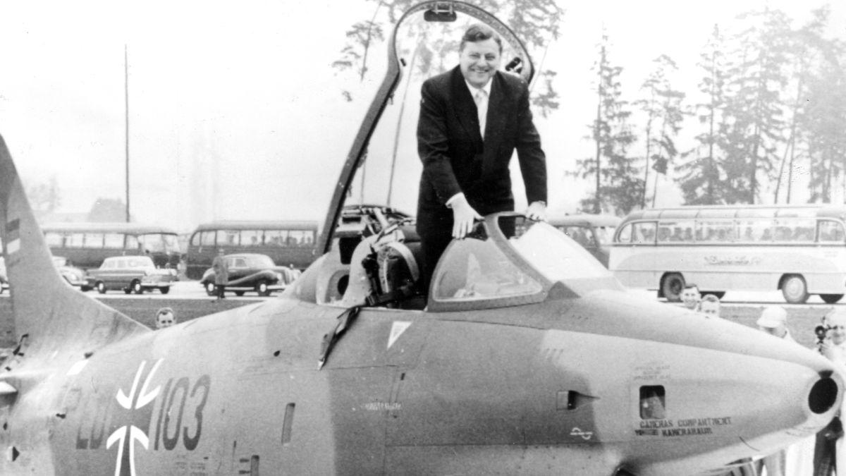 1961: Franz Josef Strauß posiert als Bundesverteidigungsminister in Manching mit einem an die Bundeswehr übergebenen italienischen Kampfflugzeug.