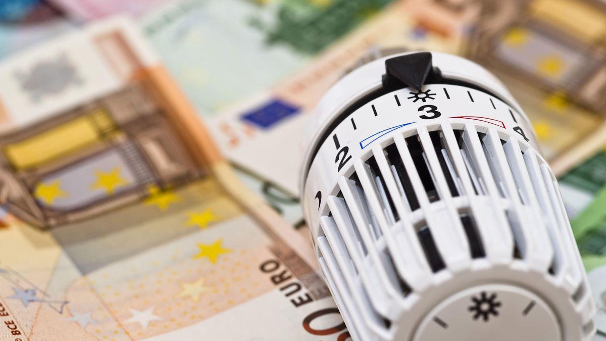 Ein Heizthermostat auf Geldscheinen