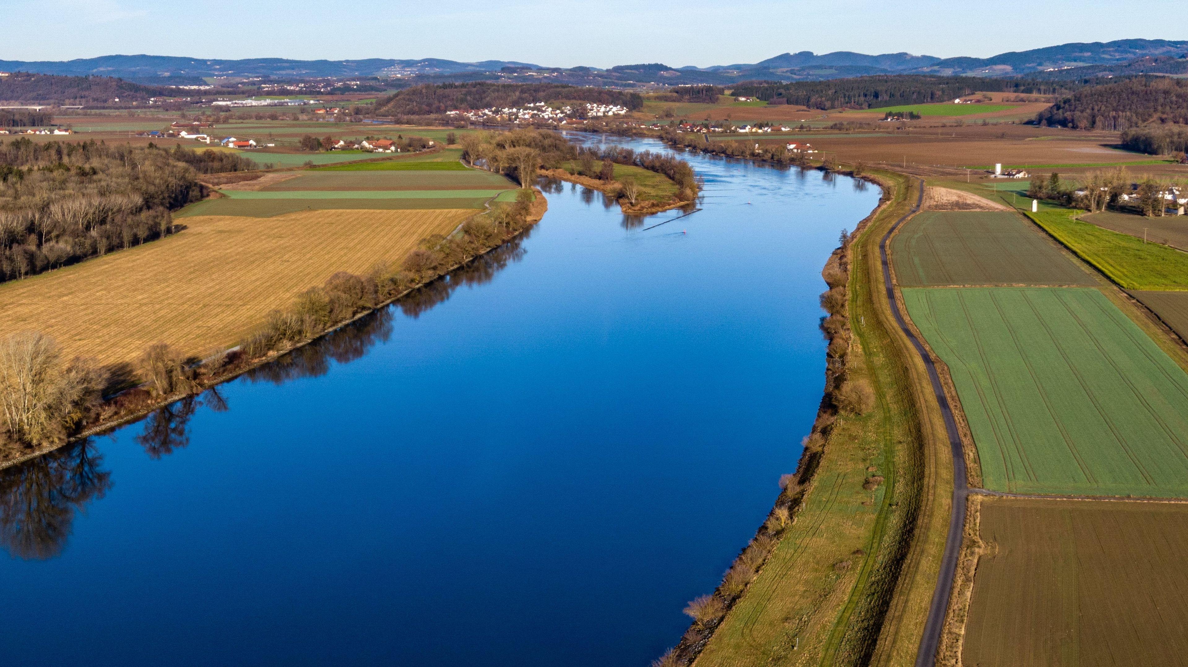 Die Donau fließt am Rande des Bayerischen Waldes durch Niederbayern