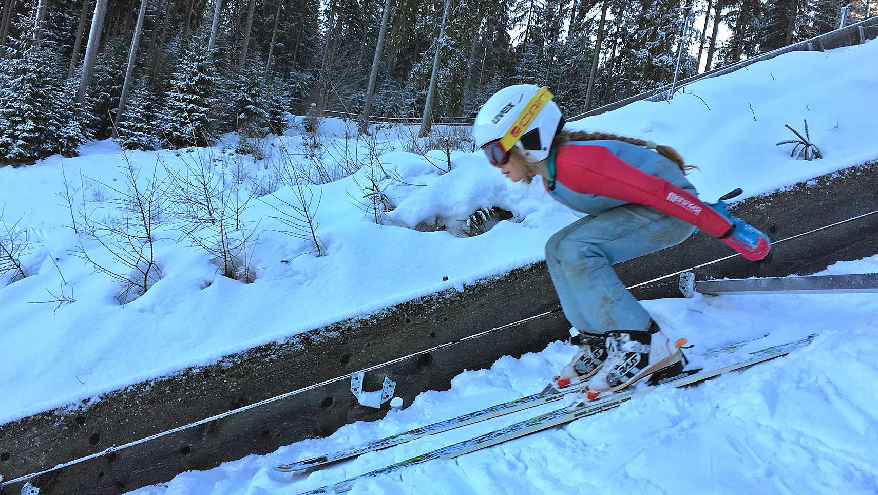 Kind beim Skispringen