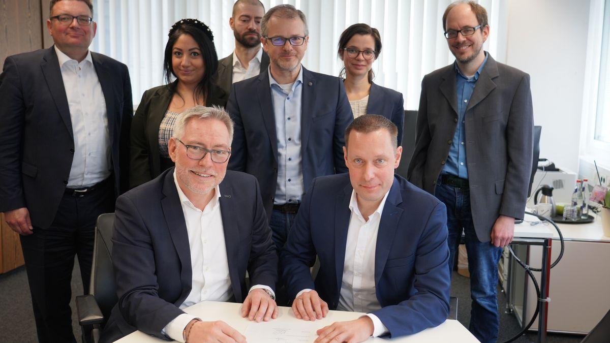 Landrat Armin Kroder und IHK-Hauptgeschäftsführer Markus Lötzsch unterzeichnen Kooperation