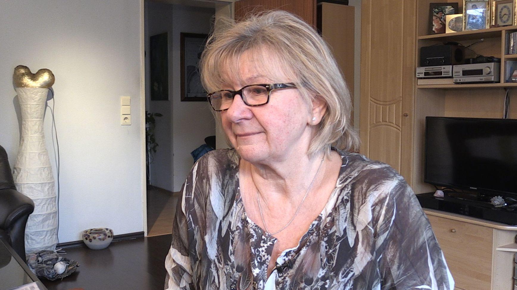 Grazyna Pohl sitzt in ihrer bisherigen Wohnung im Wohnzimmer.