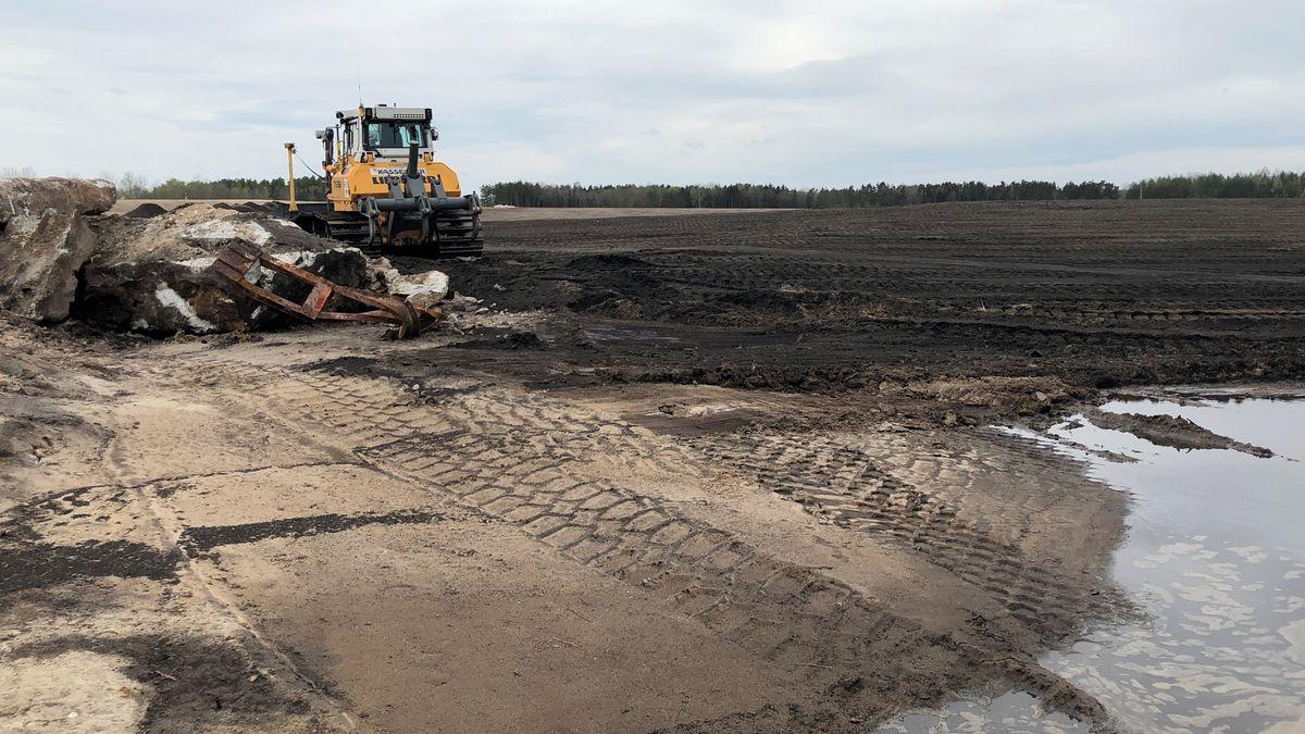Eine Planierraupe bereitet den künftigen Boden vor.
