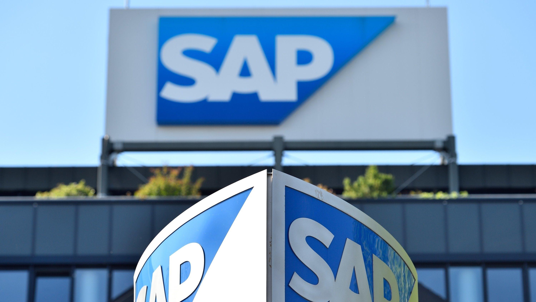 Logos des Softwarekonzerns SAP am Hauptgebäude in Walldorf