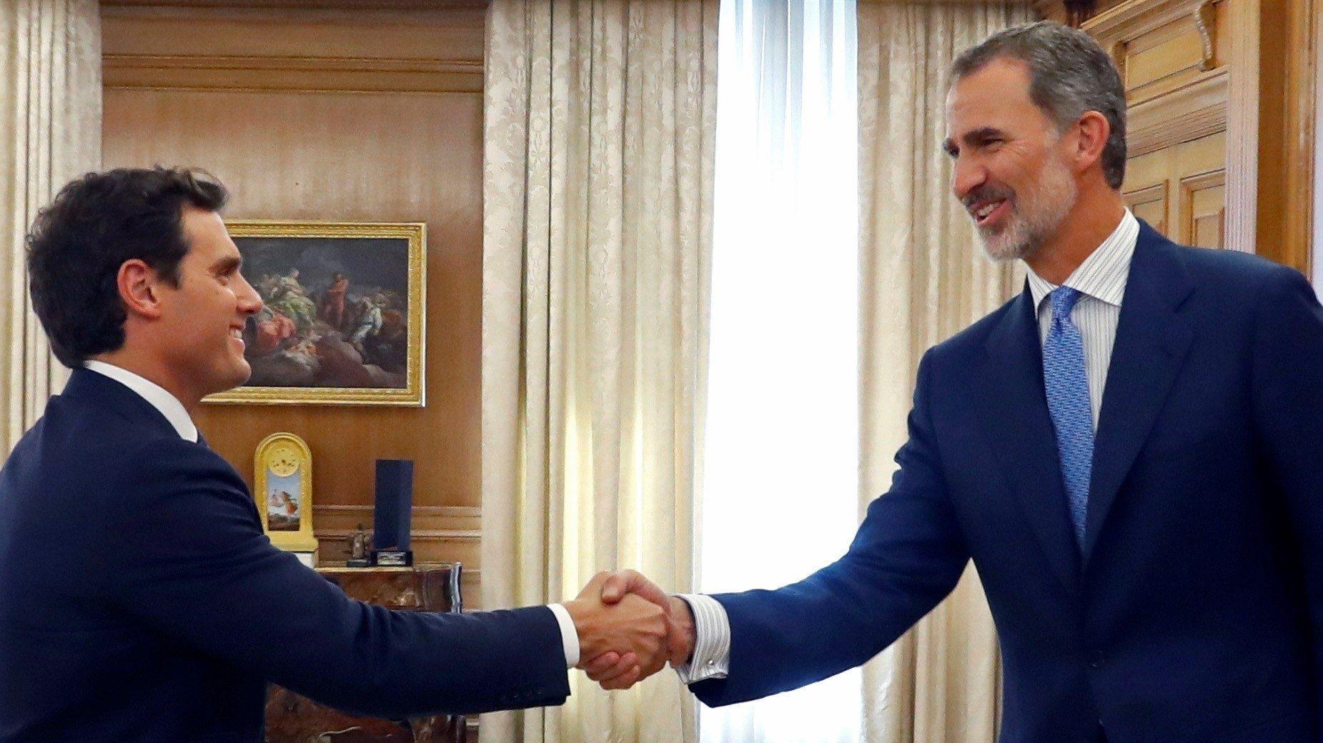 """Albert Rivera (l), Chef der liberalen Partei """"Ciudadanos"""", wird vom Felipe VI., König von Spanien, im Palacio de la Zarzuela empfangen."""