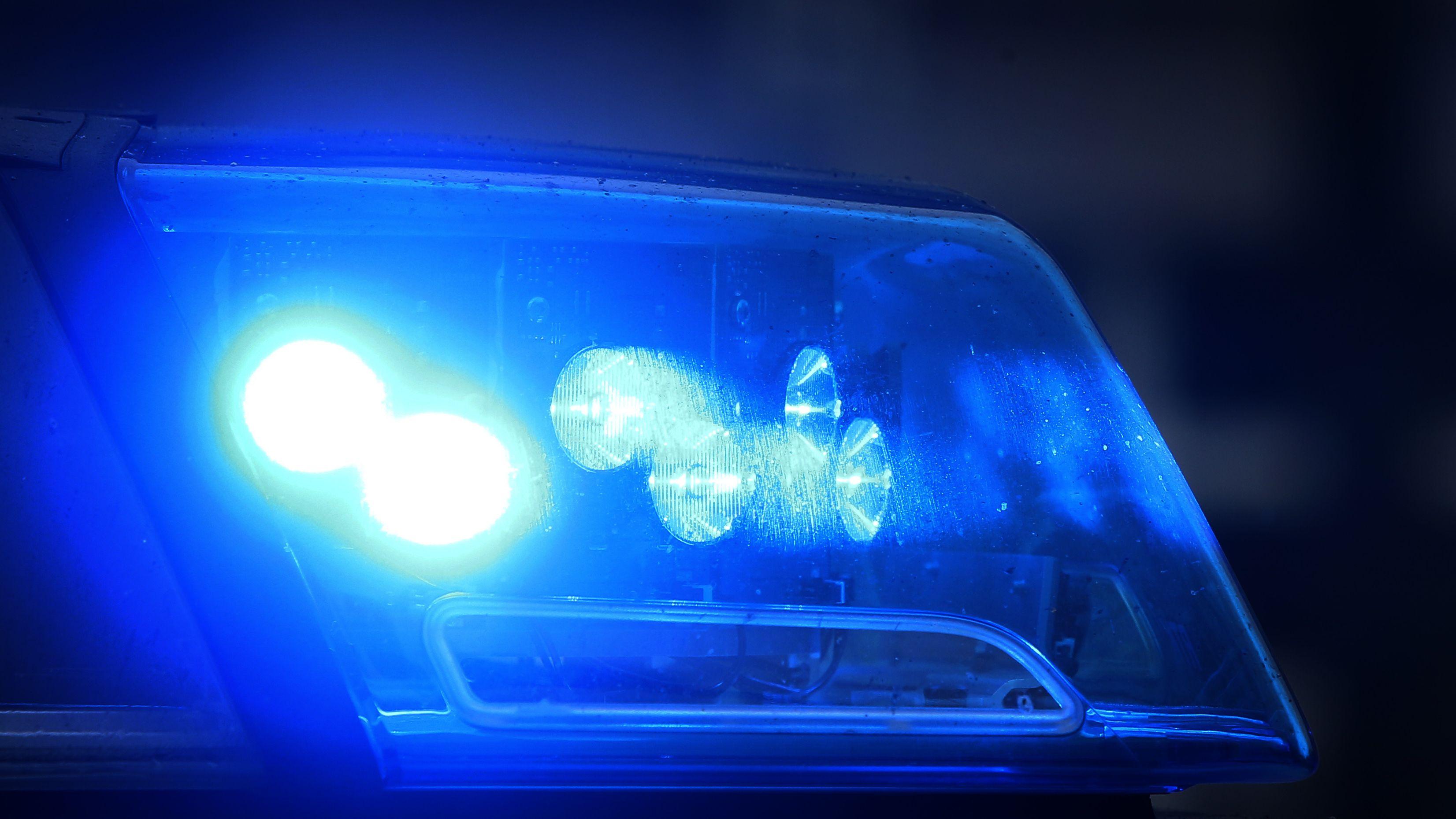 Eingeschaltetes Blaulicht eines Polizeifahrzeugs (Symbolbild)